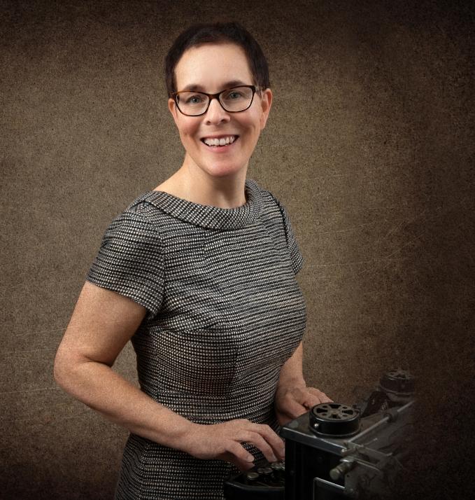 Dr. Susanne Buck, Text und Geschichte, an der historischen Schreibmaschine